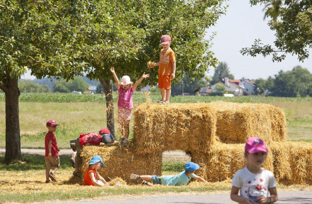 Kindergeburtstag feiern auf dem Bauernhof im Münchner Osten mit Strohburg