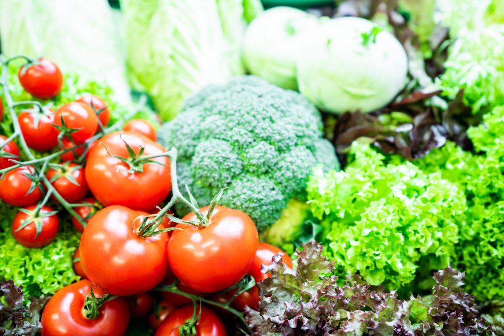 Frisches Obst und Gemüse auf dem Bauernmarkt am Reitsberger Hof in Vaterstetten