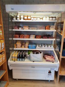 Kühltheke mit Wurstwaren, Fleisch, Butter, usw.